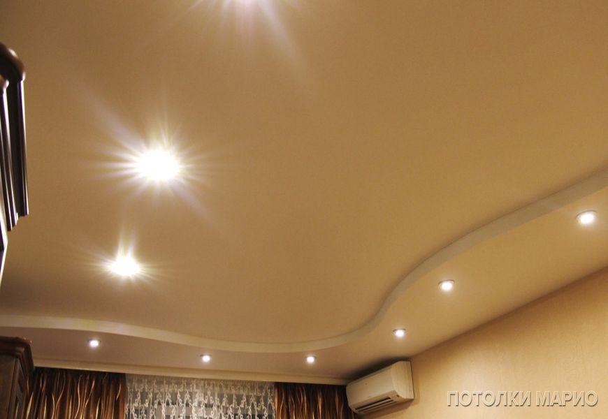 Белый матовый двухуровневый потолок волна со светодиодными светильниками и потолочной гардиной с декоративной блендой